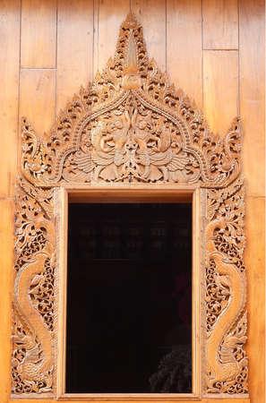 orificio nasal: ventana de madera en el templo de Tailandia, nativo tallado de madera de estilo tailandés. Foto de archivo