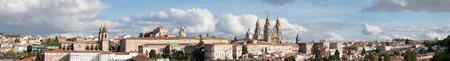 Vista panorámica ultra amplia de Santiago de Compostela en Galicia, España de alta resolución Foto de archivo
