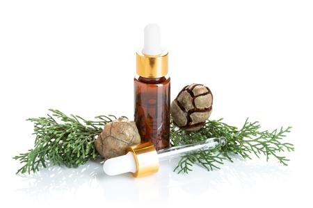Huile essentielle de cyprès isolé sur fond blanc. Huile de cyprès sur bouteille pour la beauté, les soins de la peau, le bien-être. Médecine douce