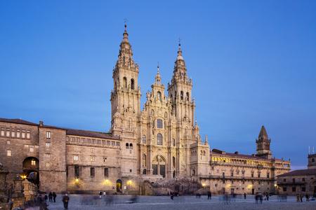 Vue sur la cathédrale de Saint-Jacques-de-Compostelle depuis la place Obradoiro au crépuscule. Cathédrale Saint-Jacques. Galice, Espagne Banque d'images