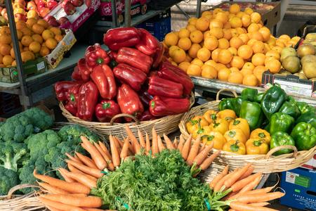 Padron, Hiszpania; 05 maja 2019: Świeże owoce i warzywa na hiszpańskim targu rolniczym