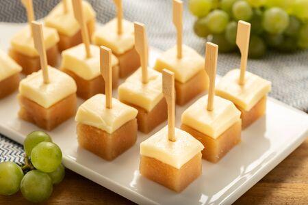 Formaggio con gelatina di mele cotogne sul vassoio. Antipasto tipico spagnolo. snack, Tapa, pintxo dalla Spagna Archivio Fotografico
