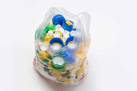 bolsa llena de tapones de plástico lista para ser reciclada. Concepto de reciclaje