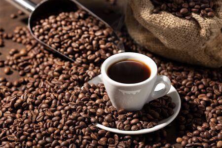 Tazza di caffè espresso Caffè e fagioli tostati. Sfondo di caffè
