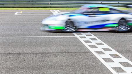 レースカー回路にフィニッシュ ラインを横切る 写真素材