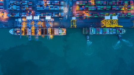 Vista aerea delle navi mercantili