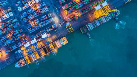 Vue aérienne de cargos porte-conteneurs