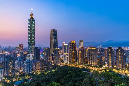 Skyline von Taiwan in der Dämmerung, der schöne Sonnenuntergang von Taipeh, Luftbild Skyline von Taiwan.