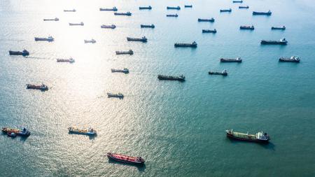 Vista aérea petrolero / químico en mar abierto, buque de carga de la industria de refinería.