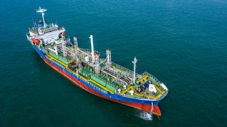 Luftbild-Öl-/Chemikalientanker im offenen Meer, Frachtschiff der Raffinerieindustrie. Standard-Bild