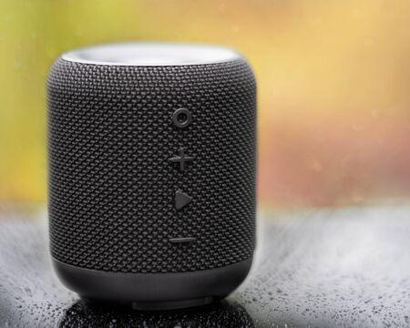 Un fantastico altoparlante bluetooth wireless portatile per gli amanti della musica. Il colpo è preso su una superficie nera. Archivio Fotografico