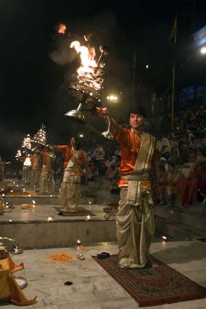 hindues: Varanasi, Uttarpradesh, India, 1 de abril de 2011: Noche arati en varasani ghats, un ritual del hinduismo
