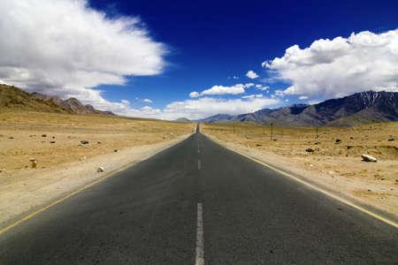 route desert: Une route tr�s droite dans les montagnes, NH1 de Srinagar � Leh