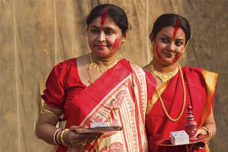 puja: KOLKATA - OCTOBER 10: Two Women devotees during Durga Puja festival on October 10, 2011 in Kolkata, India. Editorial
