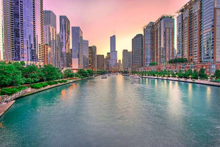 Chicago skyline panorama z zachodem słońca nad rzeką Chicago, Chicago, USA Zdjęcie Seryjne
