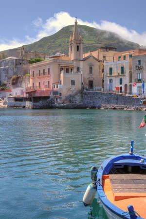 Beperkt uitzicht op de kleine haven van Lipari Stockfoto
