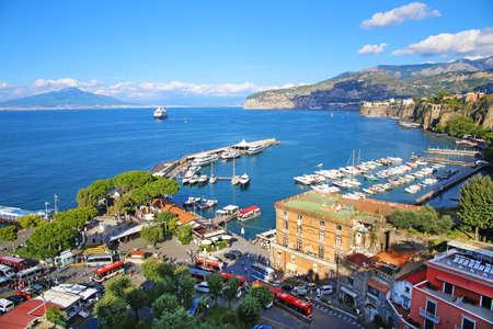 이탈리아의 소렌토 (Sorrento) 리조트 도시와 나폴리 만 (Bay of Naples)의 멋진 전망 스톡 콘텐츠