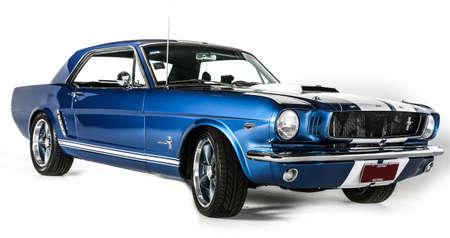 Ford Mustang Coup 1. Generation Original Blau auf weißem Hintergrund Editorial