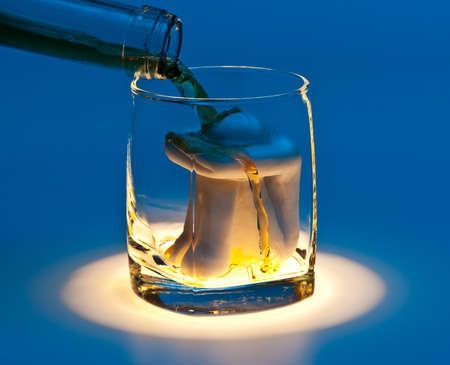 ahogarse: Ahogarse en un vaso de alcohol