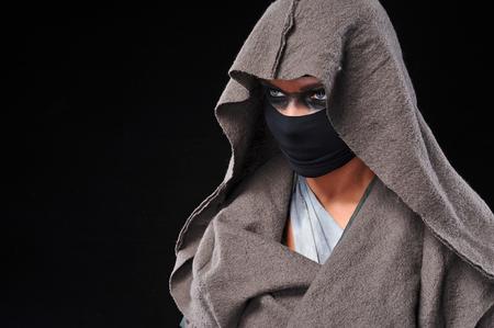 militaire sexy: femme portant des masques guerriers et robe de style différent