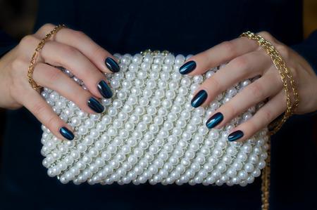 bella manicure e pochette perla