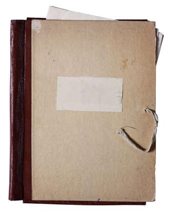 carpetas: la antigua carpeta con la pila de papeles viejos aislados sobre fondo blanco con trazado de recorte