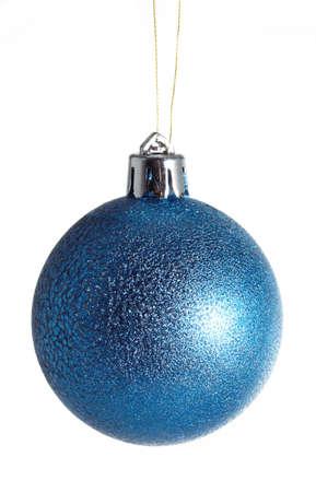 esfera: bola de Navidad azul sobre fondo blanco Foto de archivo