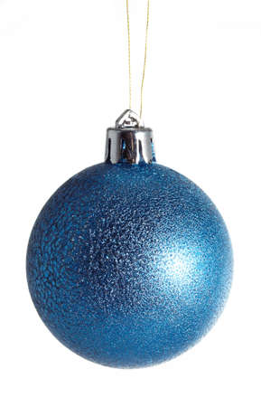 boule de Noël bleu isolé sur fond blanc
