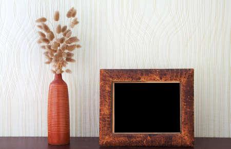 ikebana y de la vendimia foto-marco sobre la mesa