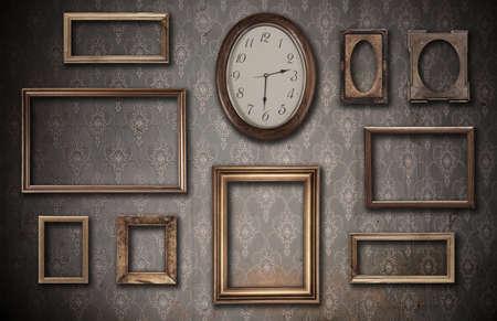 horloge ancienne: vides des cadres d'�poque et montre contre un mur sale Banque d'images