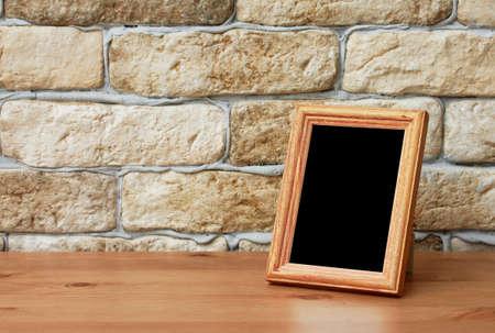 decoracion mesas: marco de la foto vieja en la mesa de madera