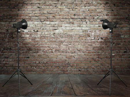 iluminado: foto de estudio en la habitación de edad, con pared de ladrillo