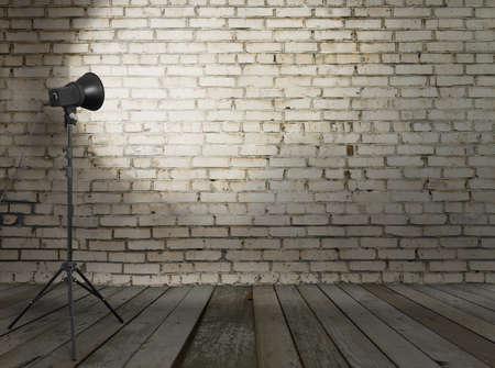 Foto de estudio en la habitación de edad, con pared de ladrillo Foto de archivo - 13711076
