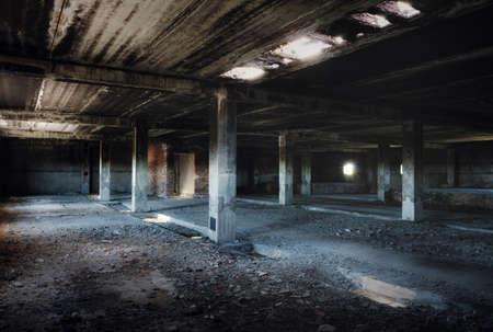 pared rota: interior de un viejo edificio abandonado Foto de archivo