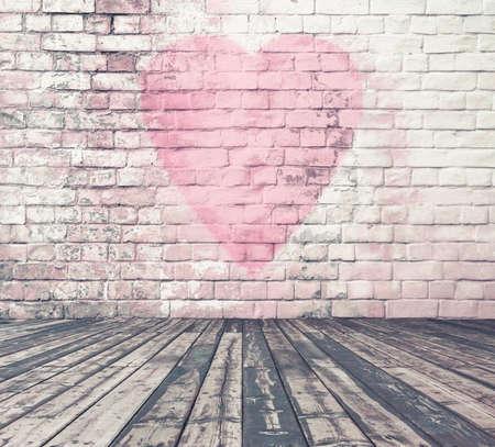 レンガ壁の落書き心臓、バレンタインデーの背景を持つ古い部屋