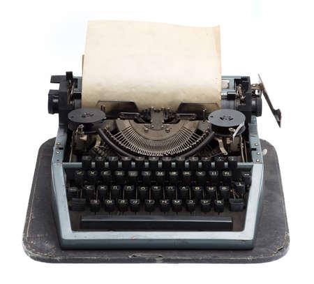 the typewriter: m�quina de escribir de la vendimia con el papel viejo aislado en el fondo blanco