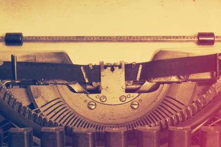 the typewriter: m�quina de escribir de la vendimia con papel, pel�cula retro filtra Foto de archivo