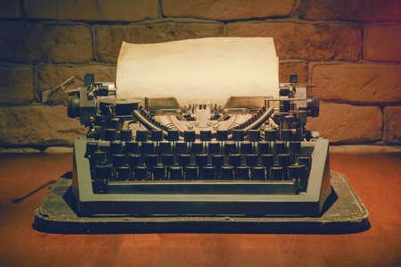 maquina de escribir: vieja m�quina de escribir en la mesa de madera, retro filtra Foto de archivo