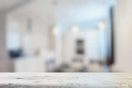 Vieja mesa de madera blanca en la sala de estar Foto de archivo - 48125615