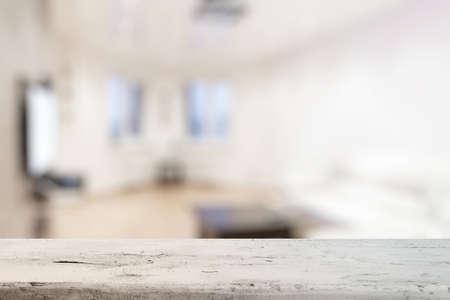 Vieja mesa de madera blanca en la sala de estar Foto de archivo - 48133454