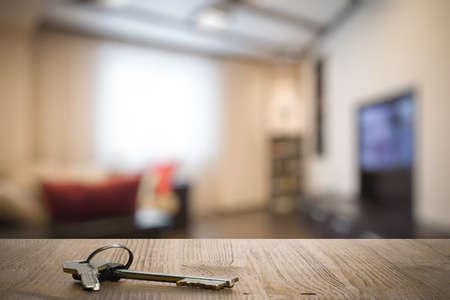 decoracion mesas: llaves en la mesa de madera en la sala de estar