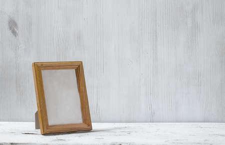 marco madera: Marco de fotos en la vieja mesa blanca
