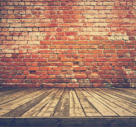 habitacion desordenada: vieja sala con pared de ladrillo, fondo de la vendimia, retro película filtrada
