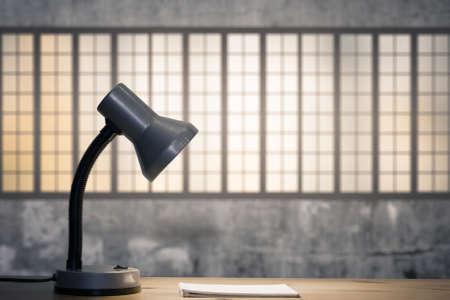 lamp en notebook op tafel in de oude kamer met grote ramen