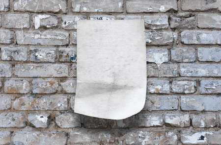altes Papier auf Mauer