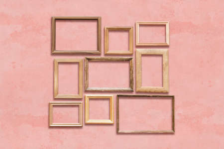 Viejos marcos de madera en la pared rosa