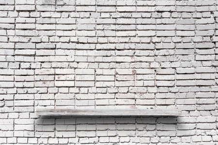 empty shelf on brick wall 免版税图像
