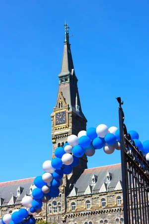 alumni: Torre del Reloj de Healy Hall edificio en la Universidad de Georgetown Reuni�n en la Universidad de Georgetown - globos azul y blanco en alumnos de bienvenida puerta abierta