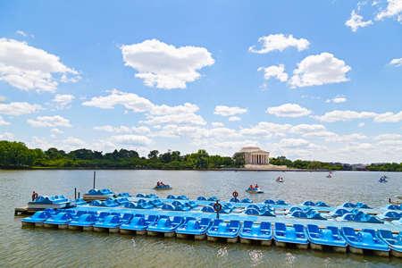 青いパドル船の観光客でバック グラウンドで見られるジェファーソン記念堂 Tidal Basin のボートをお楽しみいただけます。