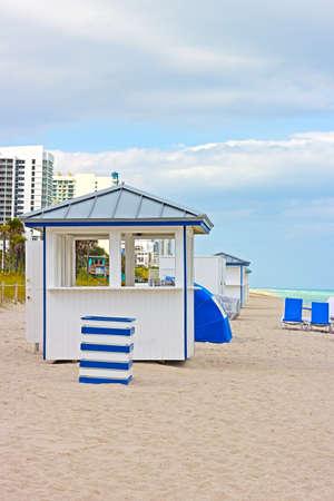 Miami Beach in de vroege ochtend Strand apparatuur in de buurt van het oceaanwater Stockfoto